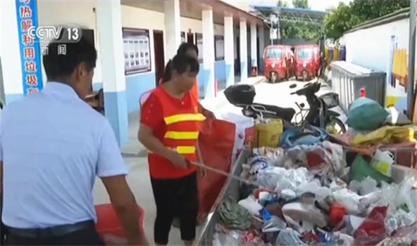 湖南长沙:高温天的乡村垃圾分拣员让乡村更美丽