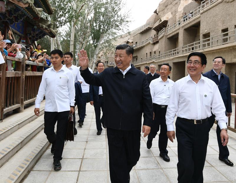 8月19日至22日,中共中央总书记、国家主席、中央军委主席习近平在甘肃考察。这是19日下午,习近平在敦煌莫高窟考察调研时,向正在参观的游客亲切招手致意。