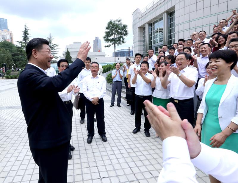 8月19日至22日,中共中央总书记、国家主席、中央军委主席习近平在甘肃考察。这是21日下午,习近平在读者出版集团有限公司同工作人员亲切交谈。