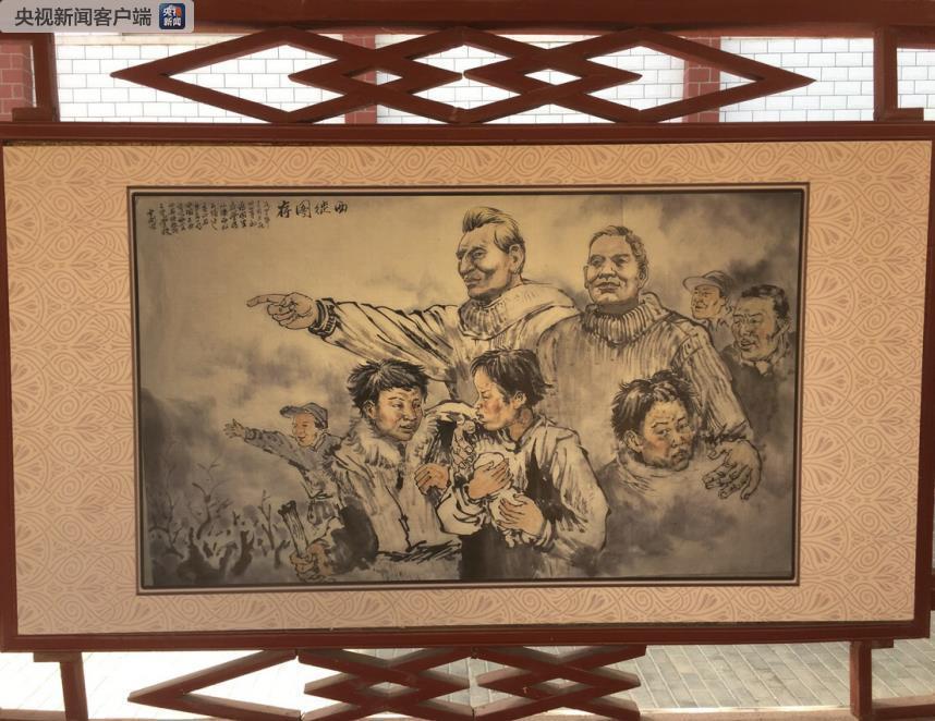 """山丹培黎学校的校园内,随处可见展示校史的墙绘。这幅主题为""""西徙图存""""的墙绘展现的是1943-1944年,艾黎带领学生从陕西凤县迁至甘肃山丹县的场景。"""