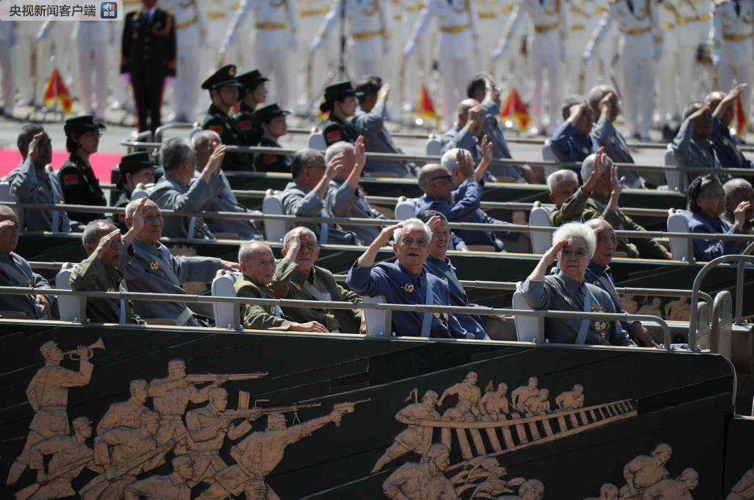 2015年9月3日,中国人民抗日战争暨世界反法西斯战争胜利70周年纪念大会在北京举行。由300余名抗战老兵、英烈子女、抗战支前模范组成的2个乘车方队,行进在受阅方队最前面,接受祖国和人民的致敬。(资料图)
