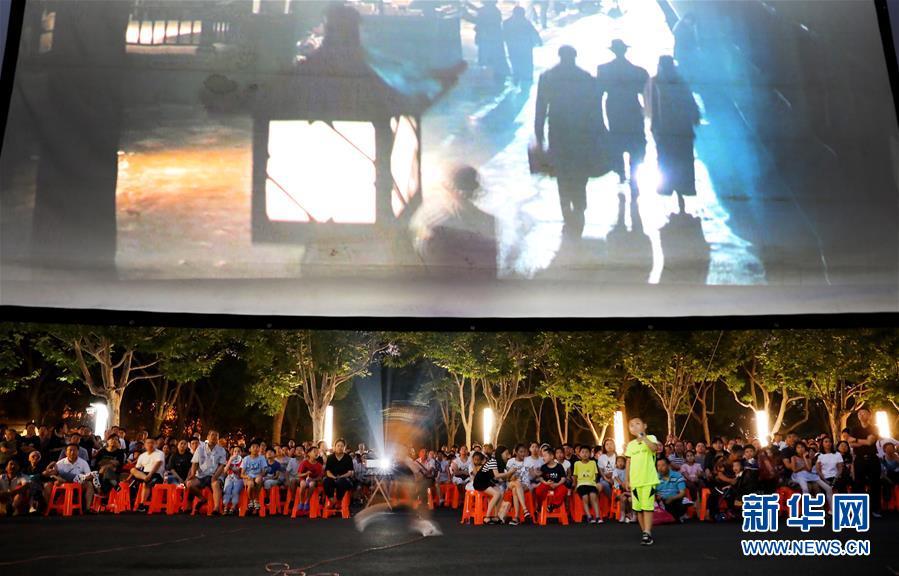 人们在上海闵行体育公园内的露天电影院里看电影(2019年7月7日摄)。7月到9月期间,上海全市16个区将累计放映200余场次露天电影,为市民游客提供别样的消暑纳凉好去处。新华社记者 方喆 摄