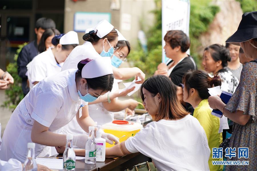 云南省第二人民医院医护人员为患者抽血检查(2019年7月28日摄)。新华社记者秦晴摄