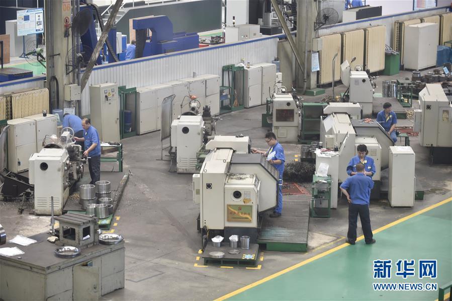 沈鼓集团员工在厂区进行作业(2017年9月19日摄)。  新华社记者 龙雷 摄