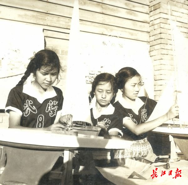 1958年7月,武汉市航海模型代表队三位女队员在制作纸叠帆船模型