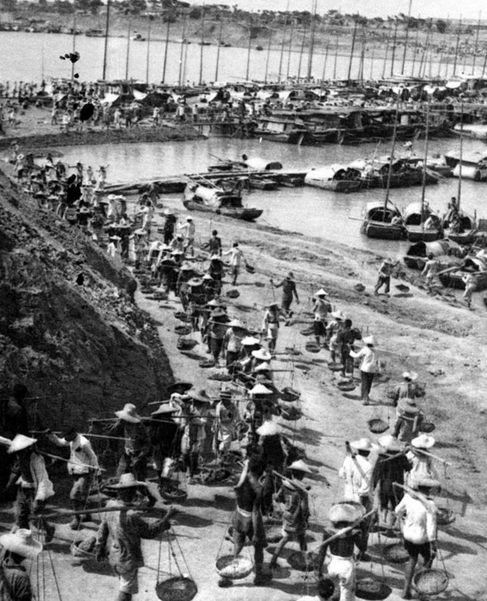 △民工在安徽润河集蓄洪分水闸工地施工(1951年摄)