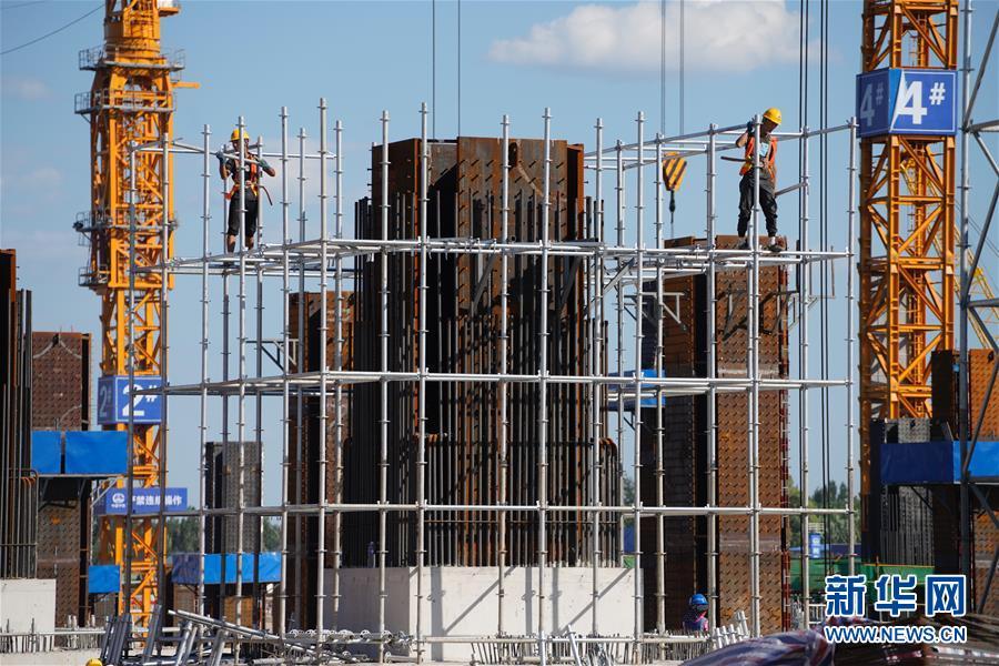 工人在京雄城际铁路雄安站施工(8月29日摄)。 新华社记者 邢广利 摄