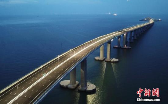 2018年10月24日,全长55公里的港珠澳大桥正式通车。图为2018年6月拍摄的大桥夜景。中新社记者 麦尚旻 摄