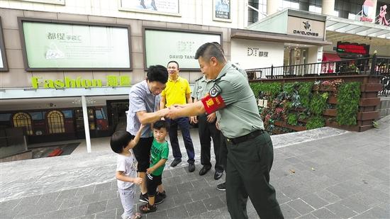 网格警长帮助居民找回走失的小孩