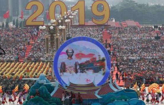 """10月1日上午,庆祝中华人民共和国成立70周年大会在北京天安门广场隆重举行。图为行进中的""""宝岛台湾""""彩车。 中新社 记者 盛佳鹏 摄"""