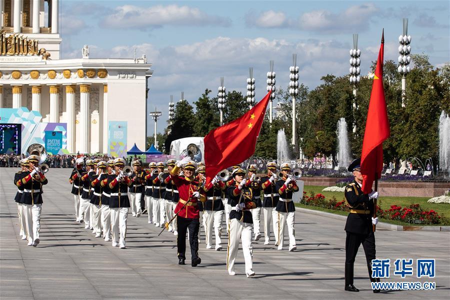 """2019年8月24日,在俄罗斯首都莫斯科,参加俄罗斯""""救世主塔楼""""国际军乐节的中国人民解放军军乐团为莫斯科市民进行巡游演出。新华社记者 白雪骐 摄"""