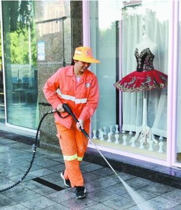 环卫工人对假日人流量大的区域加大保洁力度。