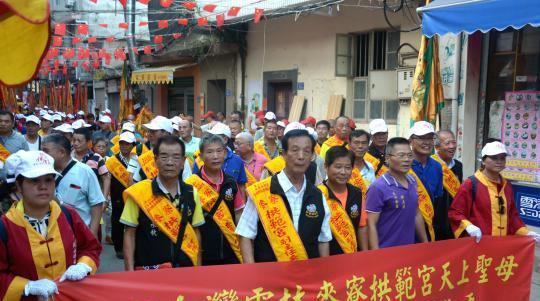 800余名台湾妈祖信众在上街天后宫旁主要街道绕巡,热闹非凡。