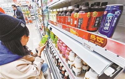 暖饮柜可通过外在加热使饮料维持在45℃至65℃左右 摄影/本报记者 袁艺