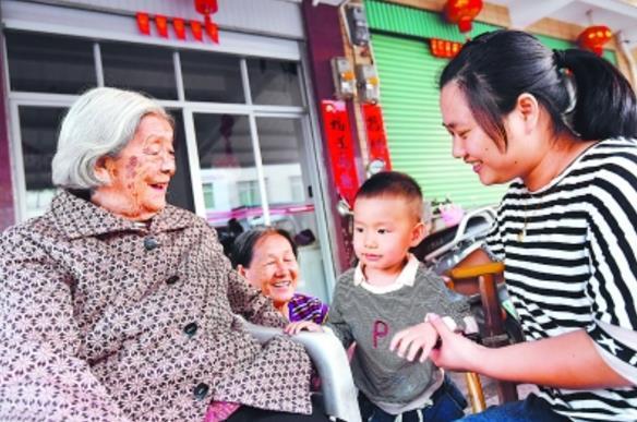 10月20日,龙岩新罗区江山镇铜村99岁的老红军吴四姑家前,吴四姑与曾孙在一起,其乐融融