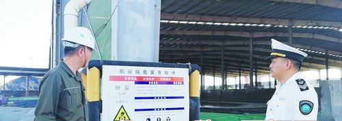 卫生监督员现场检查辖区内企业职业危害作业场所,查看警示标志和告知情况。