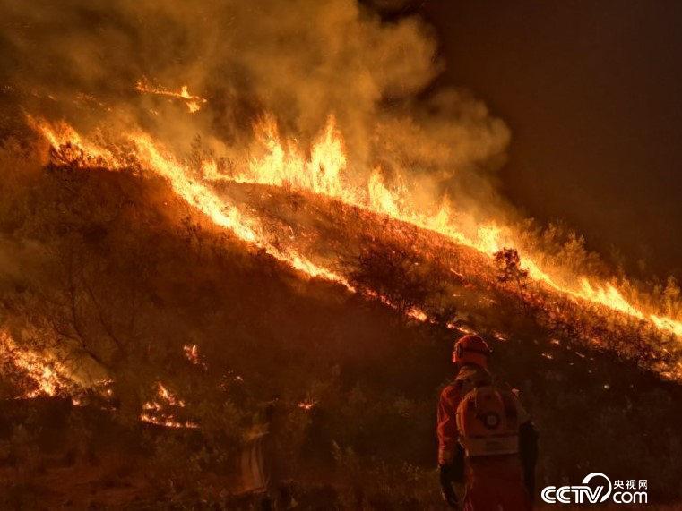 2019年增援大理鹤庆、宾川森林火灾现场。(腾冲森林消防中队提供)