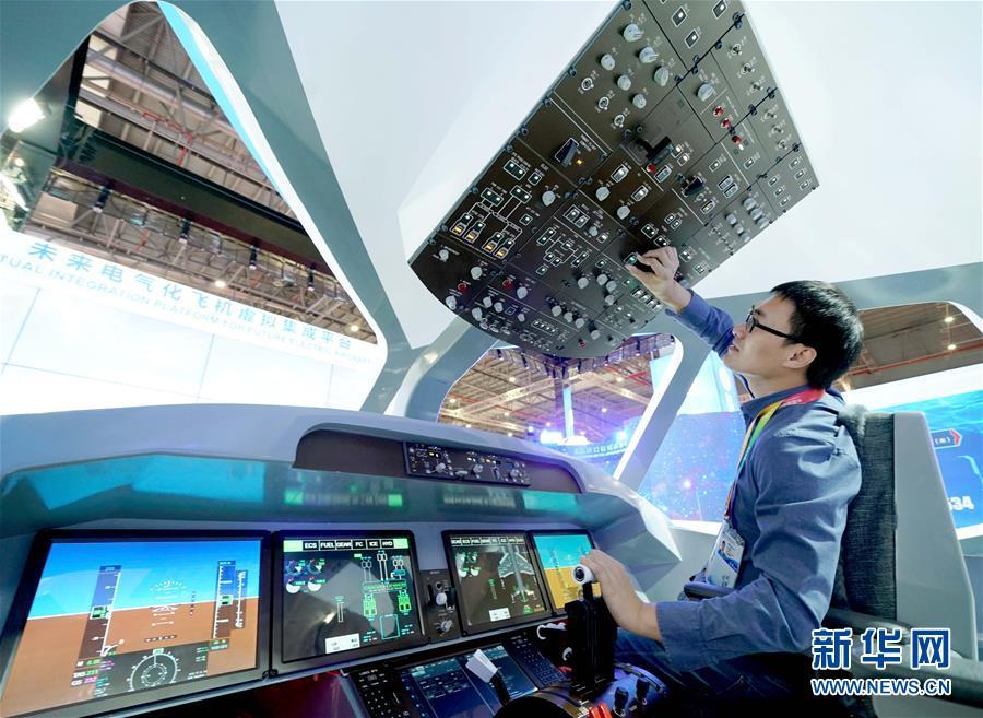 11月5日,工作人员在第二届进博会中国馆调试未来电气化飞机虚拟集成平台。 新华社记者 陈建力 摄