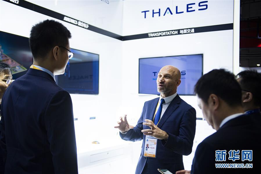 11月5日,在第二届进博会装备展区,法国泰雷兹集团工作人员向参观者介绍展台。 新华社记者 普布扎西 摄