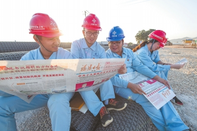 近日,在泉州芯谷南安分园区,中交上海航道局市政道路项目部的工程技术人员在学习党的十九届四中全会精神。记者 王毅 通讯员 黄瑜鹏 摄