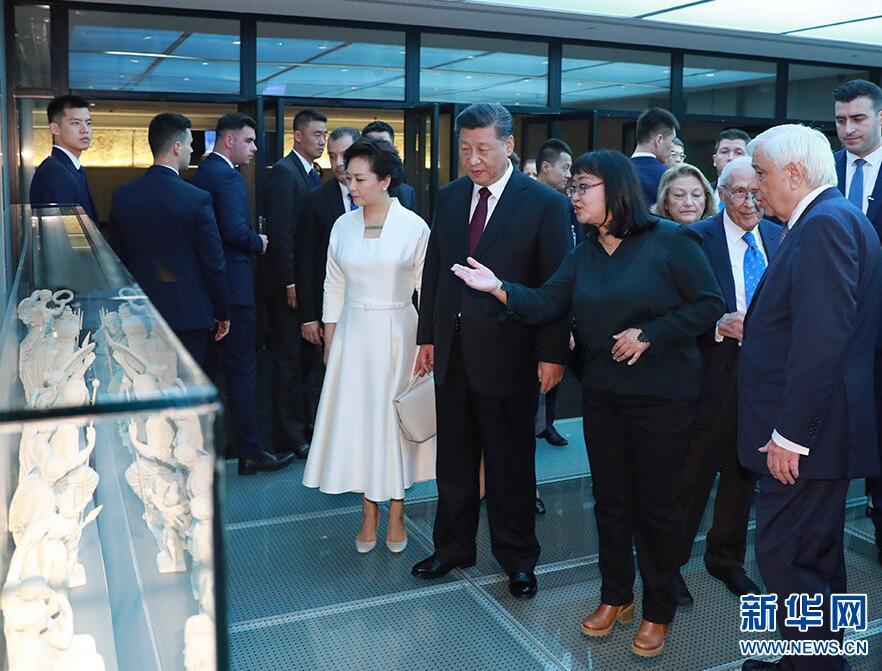 当地时间11月12日,国家主席习近平和夫人彭丽媛在希腊总统帕夫洛普洛斯夫妇陪同下,参观雅典卫城博物馆。 新华社记者 丁林 摄