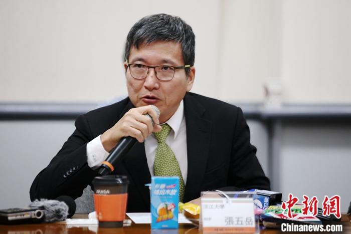图为台湾淡江大学副教授张五岳发言。中新社记者 安英昭 摄