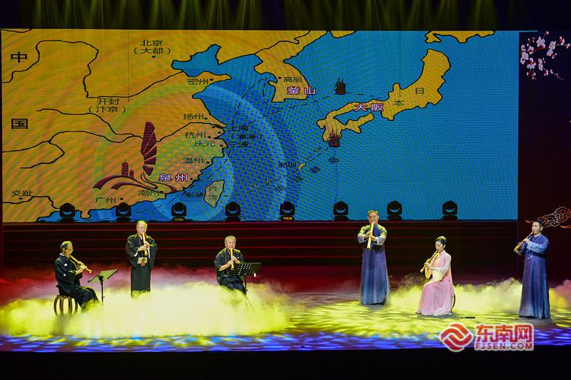 泉州南音传承中心与日本泉州会共同演奏《八面金钱经》,由南音洞箫和日本尺八两种同门乐器演绎一段传统的南音经典名谱。东南网记者 林婕 摄