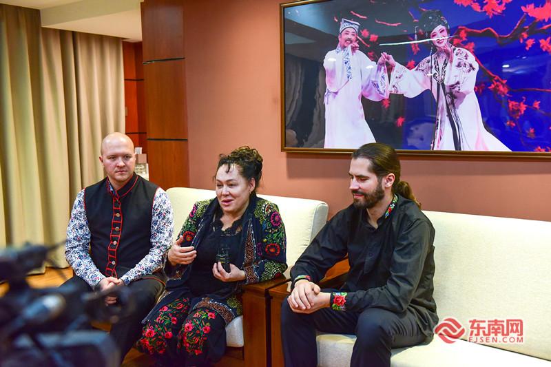 来自波兰的演奏家Maria Pomianowska团队正在接受记者的采访。东南网记者 林婕 摄