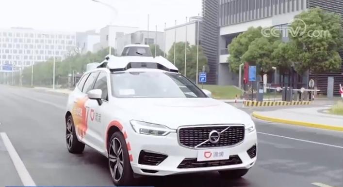 上海智能网联汽车规模化载人示范应用启动 市民可试乘