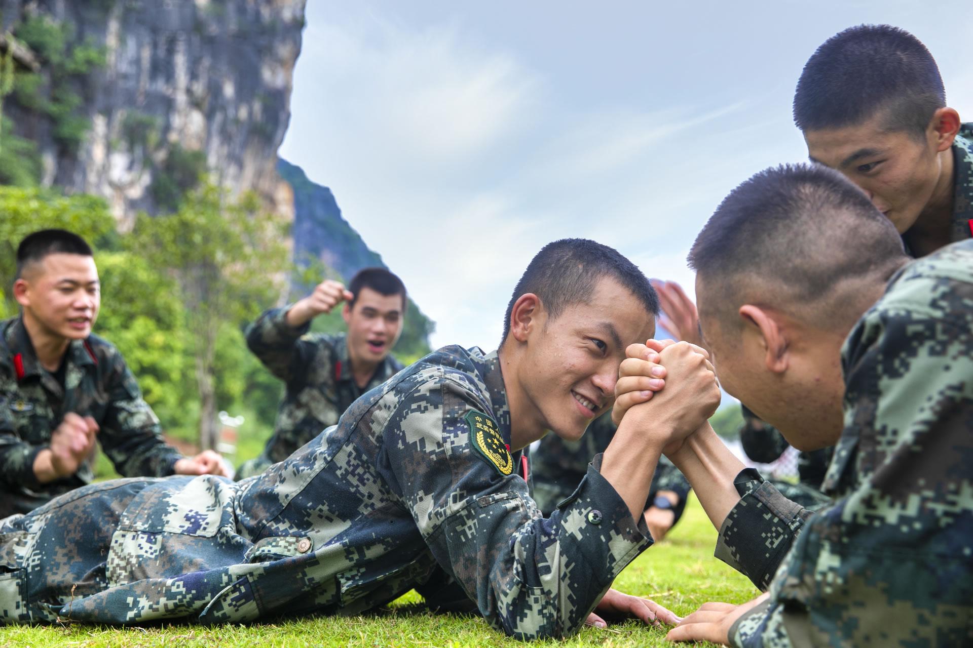 官兵在竞技游戏中增进战友情谊