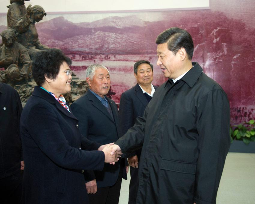 2013年11月25日,习近平在临沂华东革命烈士陵园参观沂蒙精神展并会见当地先进模范和当年支前模范后代代表。