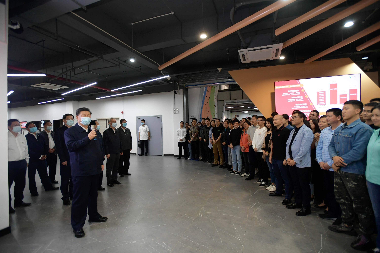 9月16日至18日,中共中央总书记、国家主席、中央军委主席习近平在湖南考察。这是17日下午,习近平在马栏山视频文创产业园考察时,同青年从业人员亲切交流。