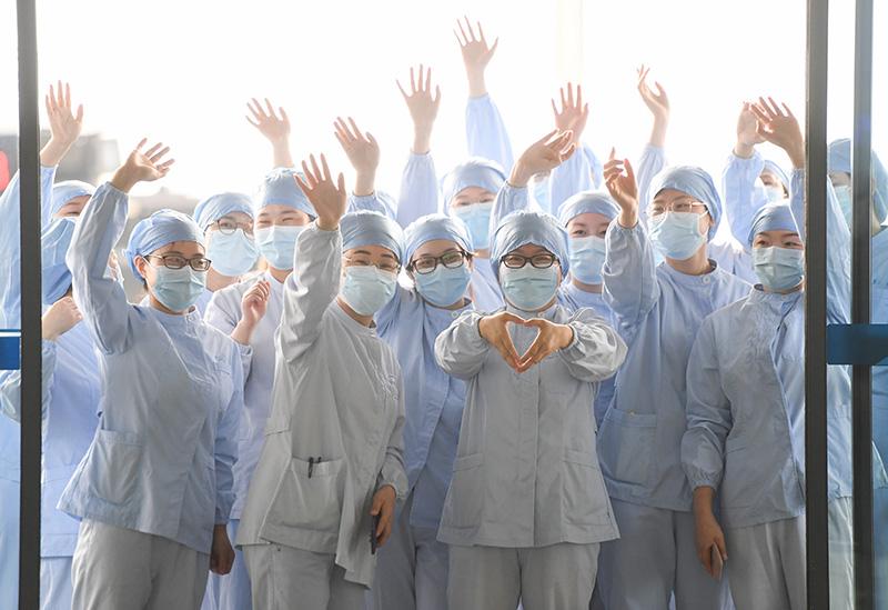 2020年3月23日,武汉市第一医院部分医护人员在武汉天河机场为广东第14批援鄂医疗队送行