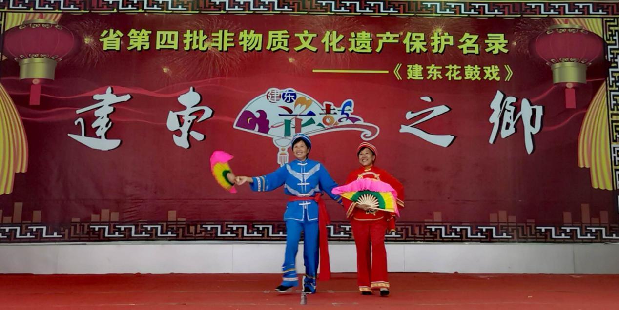 第五代建东花鼓戏传人鲁平(图左)表演法治题材花鼓戏曲目