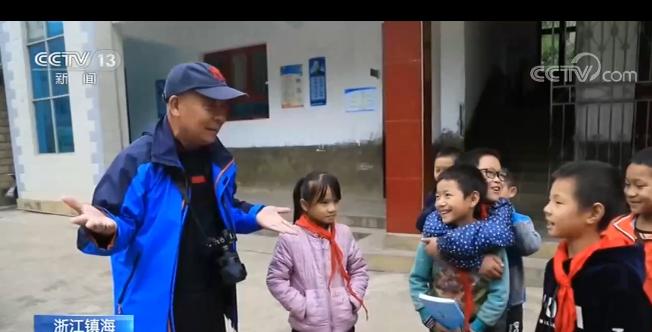 十余年坚持给贫困县小学捐书 这位捐书爷爷让人感动