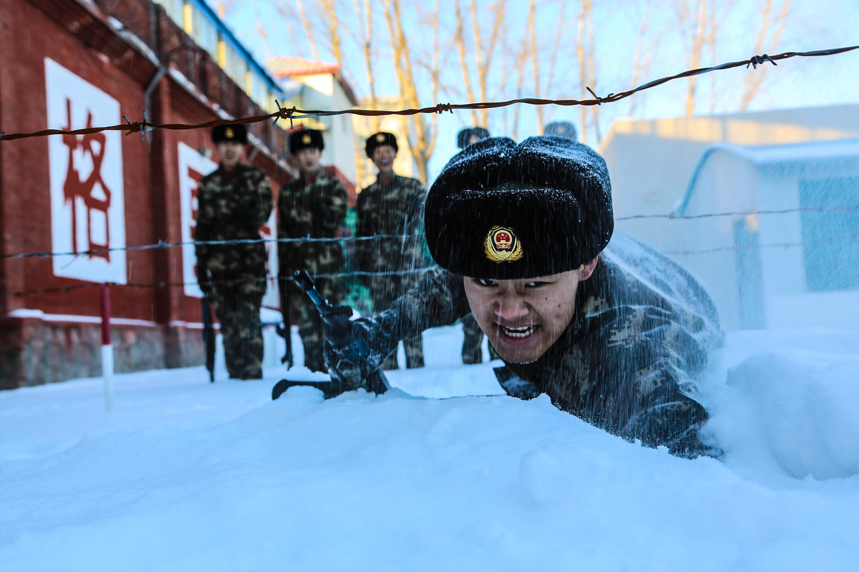 在雪地中进行战术动作训练