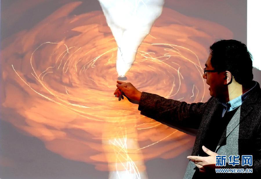 3月24日,中国科学院上海天文台路如森研究员介绍黑洞的相关知识。新华社记者 张建松 摄