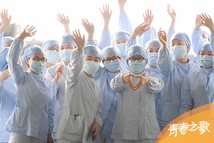 2020年3月23日,武漢市第一醫院一些醫護人員在武漢天河機場為廣東第14批援鄂醫療隊送行。