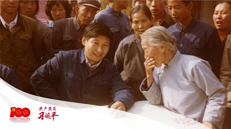 1983年,时任河北正定县委书记习近平在大街上听取来访群众的意见。