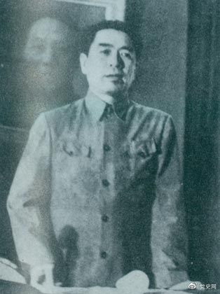 1949年7月6日,周恩来出席中华全国文学艺术工编辑代表大会。图为周恩来在会上作政治报告。