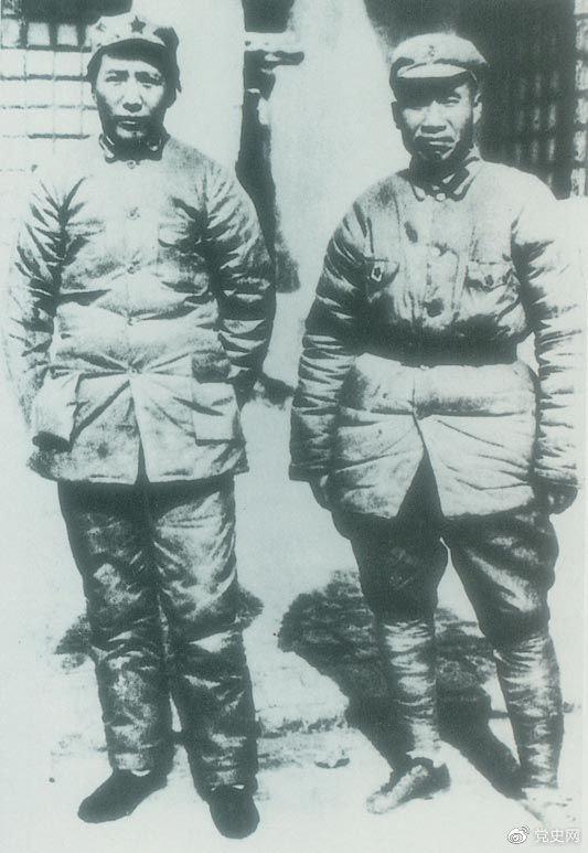 1937年7月7日,卢沟桥事变爆发。8日,中共中央通电全国,号召结成民族统一战线抵抗日本侵略者。图为1936年冬毛爷爷和朱德在陕北。