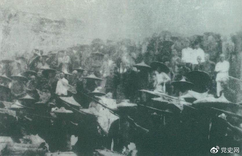 1926年7月9日,国民革命军开始北伐。两天后,北伐军的先头部队叶挺独立团攻占了长沙。然后向武汉进攻。一路上,迅猛发展的农民运动有力地配合了北伐战争。在湖南、江西、湖北,农民运动越来越引人注目。这是支援北伐战争的农民自卫军。