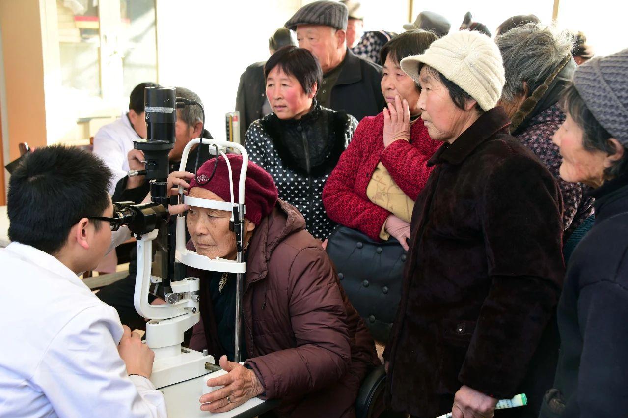 医生在为山东夏津县村民筛查白内障 (郭绪雷 摄)