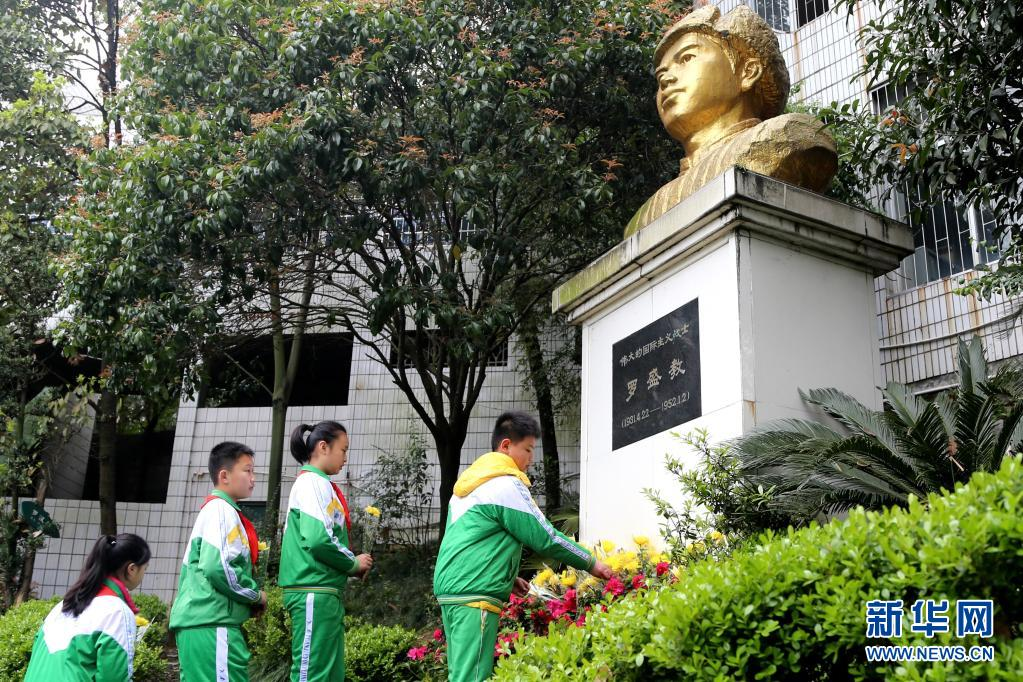 湖南吉首大学师范学院附属小学学生为罗盛教烈士塑像献花(2016年3月31日摄)。新华社发(彭彪 摄)