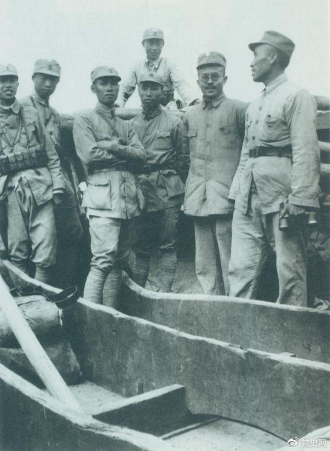 1937年9月,八路军部分领导人率部东渡黄河,开赴抗日前线。图为渡船上的八路军领导人,前排右起:朱德、任弼时、左权。