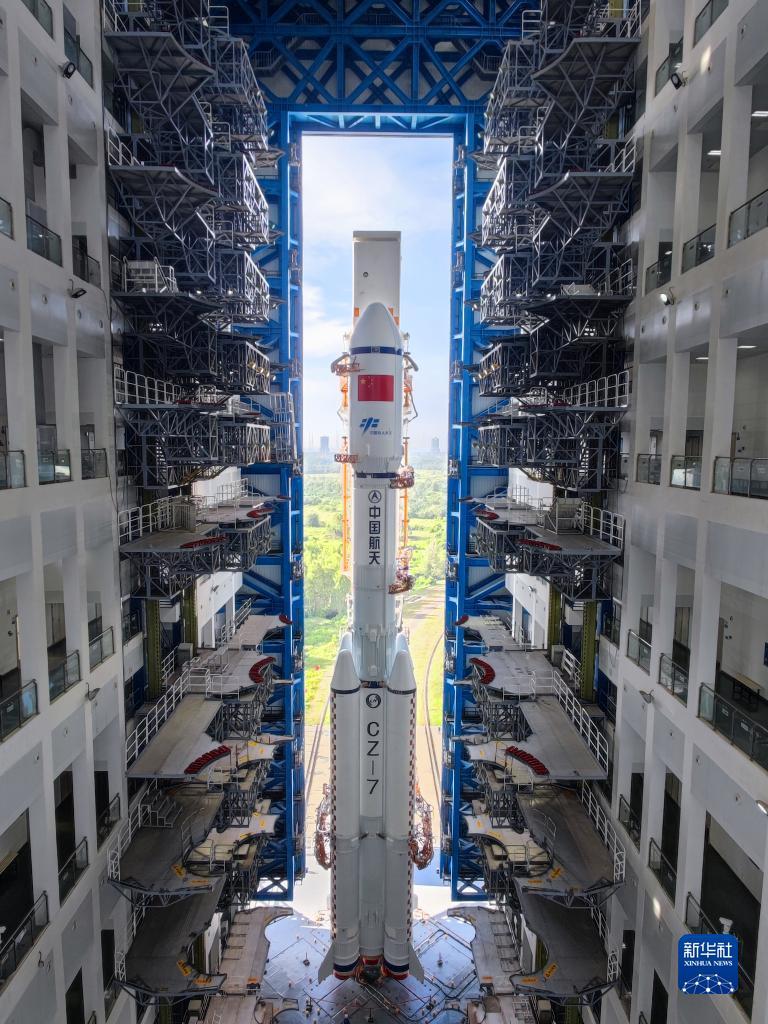9月16日,天舟三号货运飞船与长征七号遥四运载火箭组合体在测试厂房等待转运。新华社发(胡煦劼 摄)