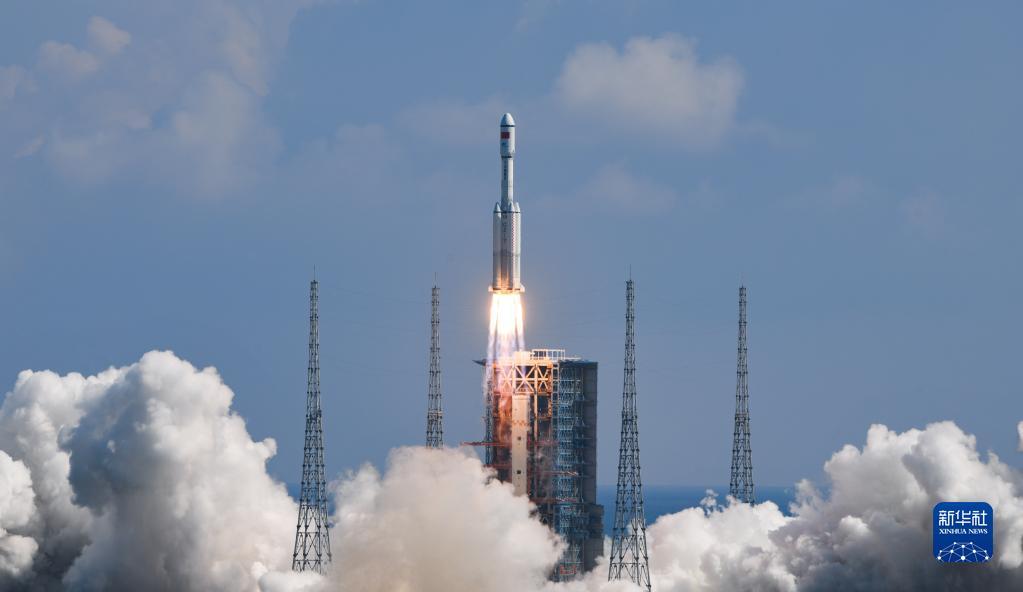 9月20日,搭载天舟三号货运飞船的长征七号遥四运载火箭,在我国文昌航天发射场点火升空。新华社记者 杨冠宇 摄