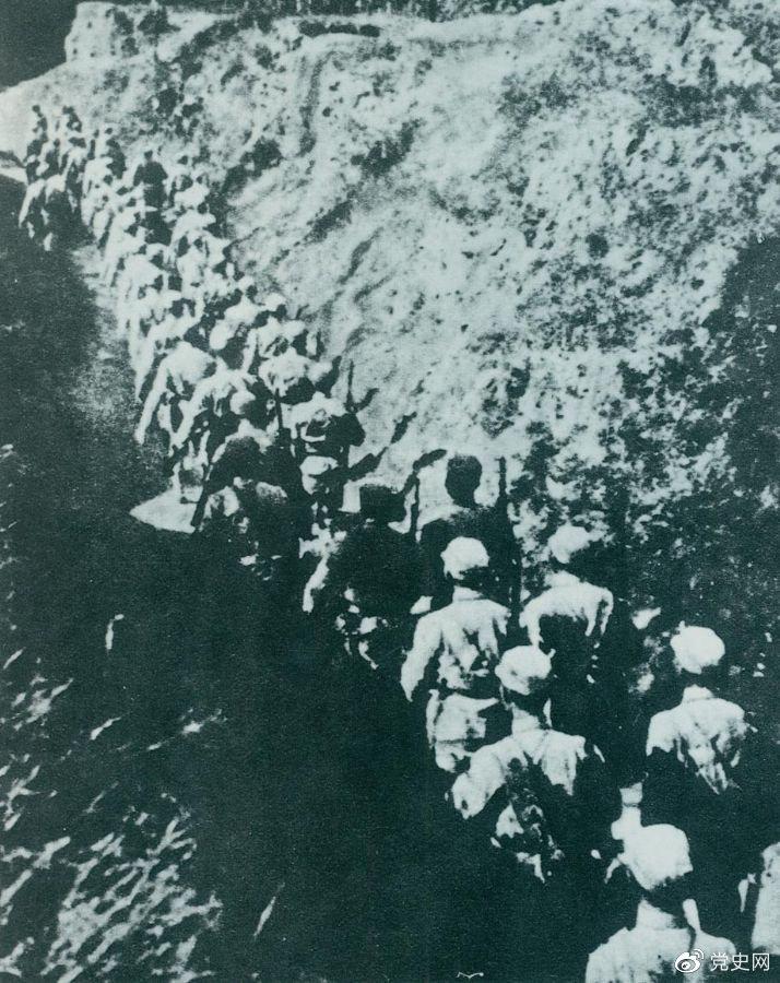 """1937年9月25日,八路军第一一五师主力在晋东北取得平型关大捷,歼灭日军1000余人,打破了日军""""不可战胜""""的神话。图为向平型关挺进的第一一五师。"""