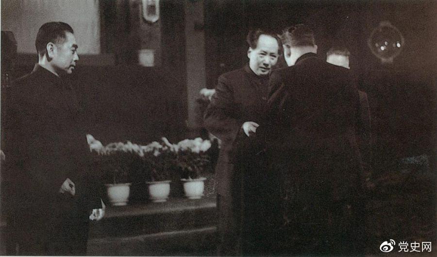 1949年10月2日,苏联政府首先承认中华人民共和国。10月3日,中苏正式建交。图为苏联第一任驻中国大使向毛泽东主席呈递国书。