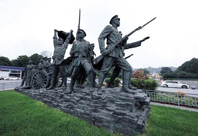 """2021年7月4日,辛亥革命博物馆广场上的""""走向共和""""大型铜像。"""